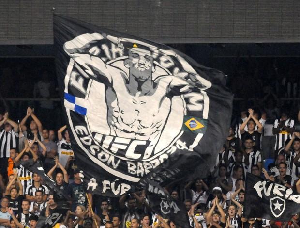 Torcida do Botafogo exibe bandeirão do lutador Edson Barboza, do UFC, no Engenhão (Foto: André Durão - Globoesporte.com)
