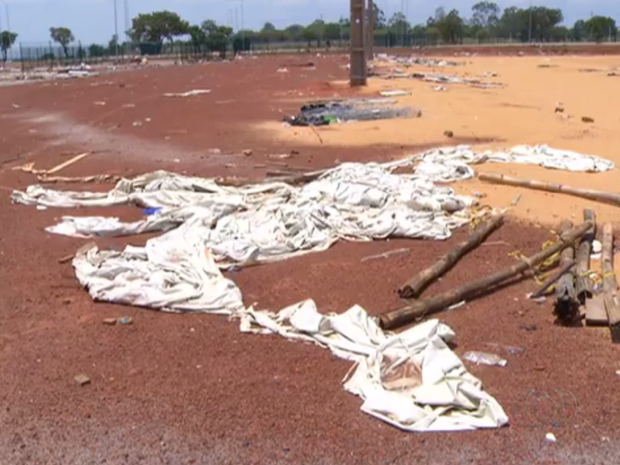 Lixo está acumulado no entorno do estádio Nilton Santos (Foto: Reprodução/TV Anhanguera)