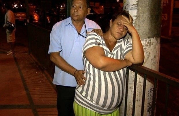 Mulher luta para retirar feto morto a 20 dias dentro de sua barriga, em Luziânia, Goiás (Foto: Reprodução/TV Anhanguera)