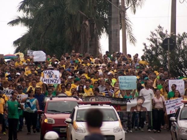 Grupo protesta contra a presidente Dilma Rousseff em Rio Verde, no sudoeste de Goiás (Foto: Jones Divino/ TV Anhanguera)