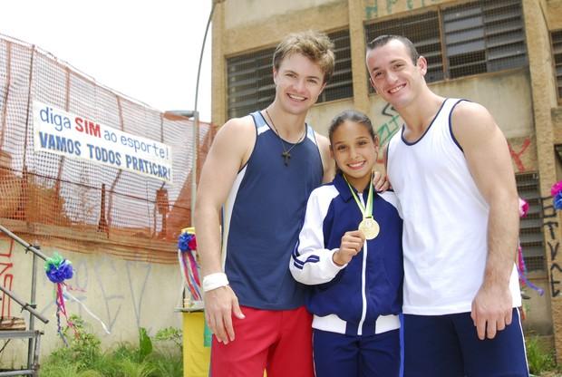 Dilma (Danielle Robles), o treinador, e o ginasta Diego Hypólito  (Foto: TV Globo / Divulgação)