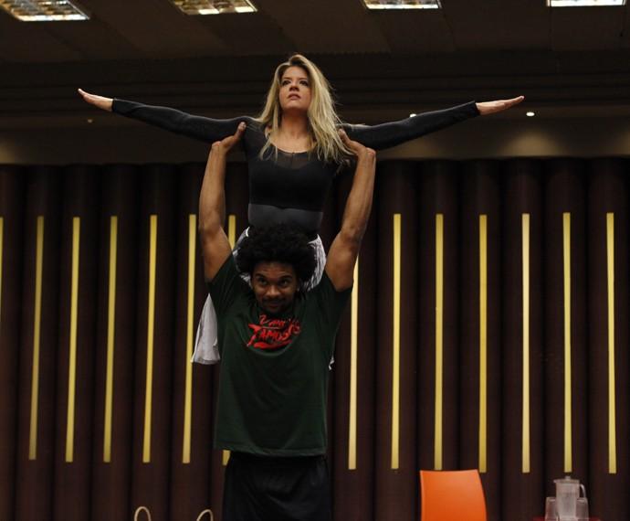 Mariana Santos é erguida pelo professor Marcus Lobo (Foto: Artur Meninea/Gshow)
