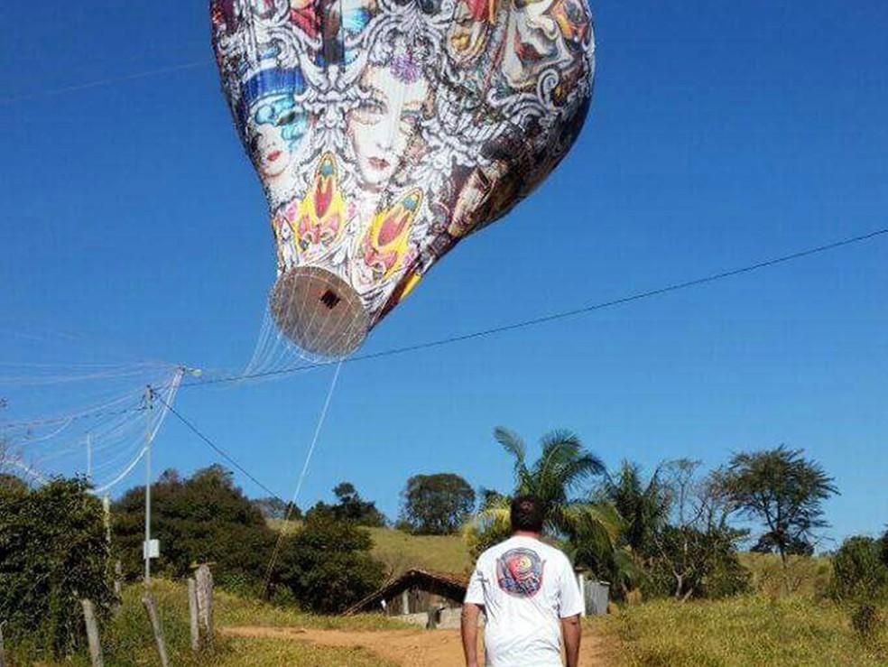 Balão caiu na zona rural e atingiu rede elétrica em Borda da Mata (Foto: Polícia Militar)