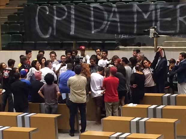 Estudantes que ocupam plenário da Assembleia Legislativa de São Paulo recebem intimação de oficial de Justiça (Foto: Livia Machado/G1)
