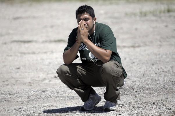 Homem reza enquanto aguarda informações sobre parentes e conhecidos que estavam no templo atingido por tiroteio (Foto: AP Photo/Milwaukee Journal-Sentinel, Mike De Sisti)