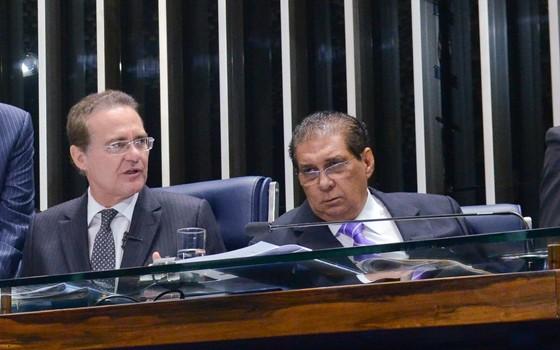 O presidente do Senado, Renan Calheiros (PMDB-AL), e o senador Jader Barbalho (PMDB-PA), na mesa diretora do Plenário (Foto: Ana Volpe/Agência Senado)