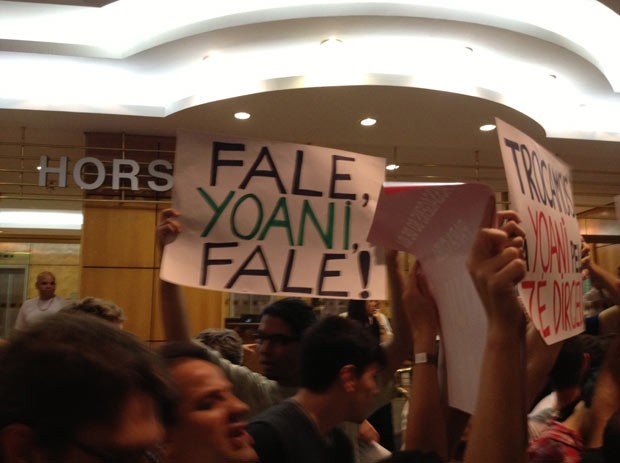 Manifestantes diante da Livraria Cultura antes de palestra da blogueira cubana Yoani Sánchez (Foto: Giovana Sanchez/G1)