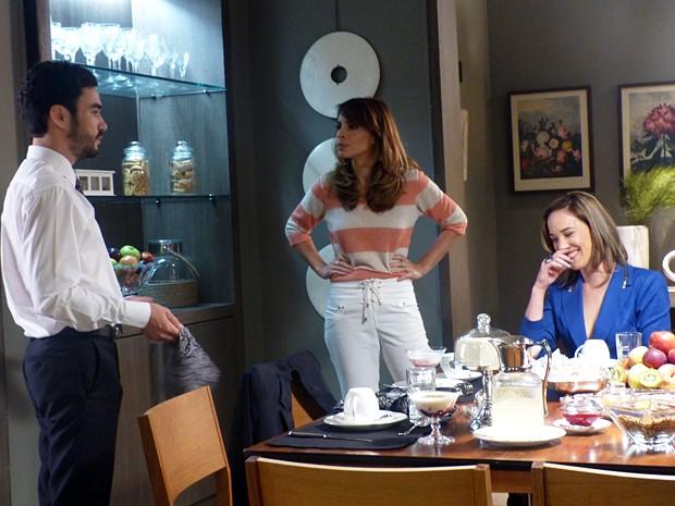 A morena exige explicações do marido (Foto: Império/TV Globo)