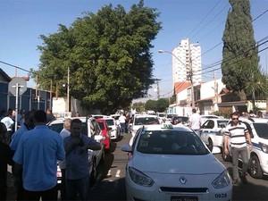 Taxistas se reúnem na região central de Campinas (Foto: Robson Costa)