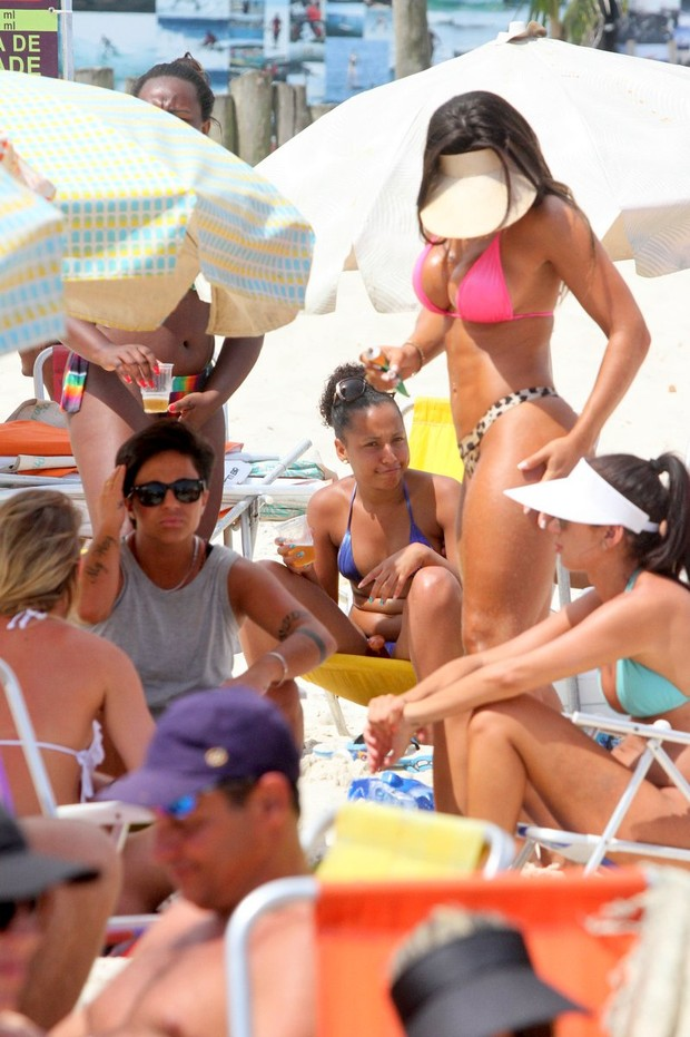 Thammy Miranda e namorada, Andressa Ferreira na praia (Foto: Marcos Ferreira / FotoRioNews)