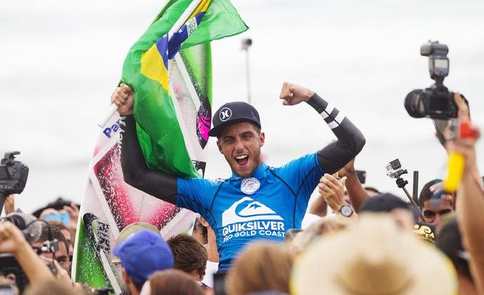 Filipe Toledo comemora o título da etapa de abertura do Circuito Mundial de surfe em Gold Coast na Austrália (Foto: WSL / Kirstin Scholtz)