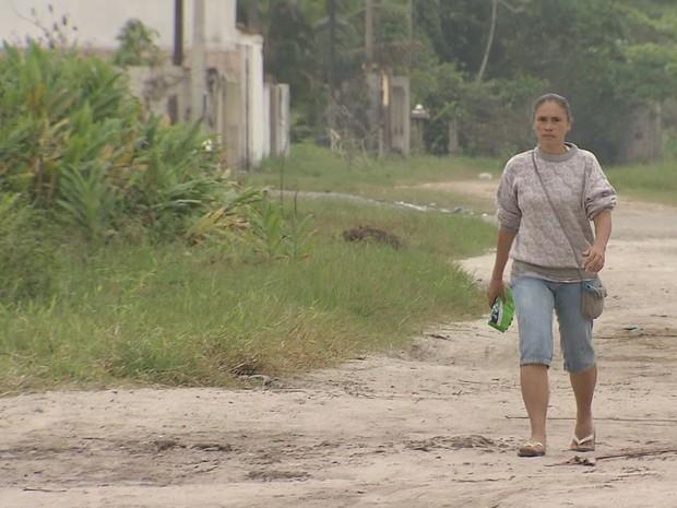 Rua não é asfaltada, alaga e fica cheia de lama quando chove (Foto: Reprodução / TV Tribuna)