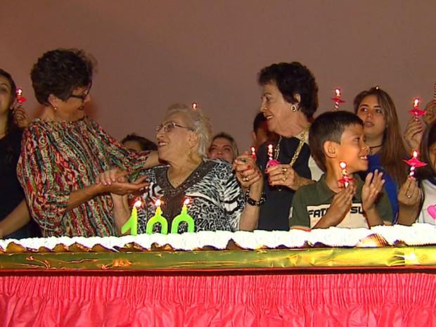 Festa de aniversário foi realizada em praça de Tapiratiba e contou com a presença de ex-alunos e discípulos (Foto: Felipe Lazzarotto/EPTV)