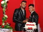 Casal gay diz ter sido demitido do trabalho após oficializar união em GO