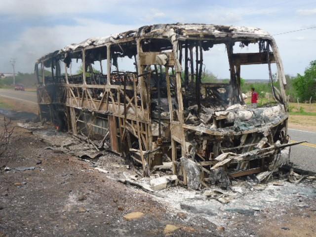 Ônibus com 15 passageiros pega fogo em Iracema, no Ceará (Foto: Rodolfo Lira/Blog Alto Santo é Notícia)