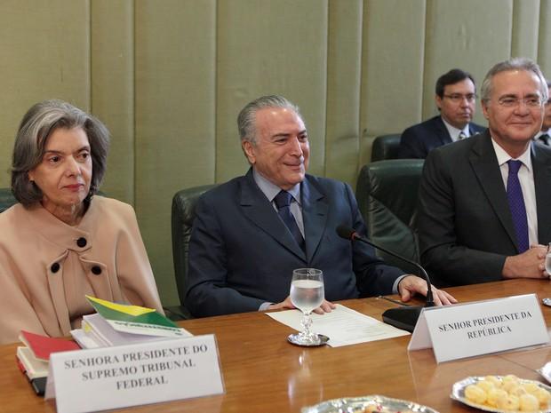 Temer, sentado entre Renan e Cármen Lúcia, coordenou a reunião entre os chefes de Poderes (Foto: Carlos Humberto/STF)