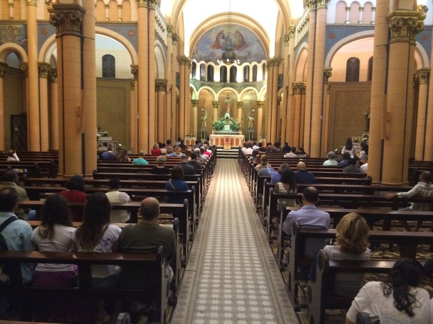 Às 20h, fiéis esperavam nova missa, apesar do tumulto (Foto: Daniel Silveira/G1)