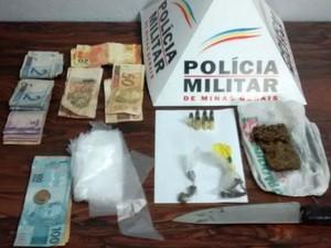 Itens apreendidos com suspeitos em Divinópolis (Foto: PM/Divulgação)