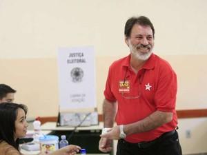 Delúbio Soares vota em Goiânia (Foto: Cristiano Borges/O Popular)