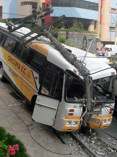 Ônibus do Criciúma bateu em poste e deixou bairro sem luz (Foto: Foto: Fernando Ribeiro/Futura Press/ Estadão Conteúdo)