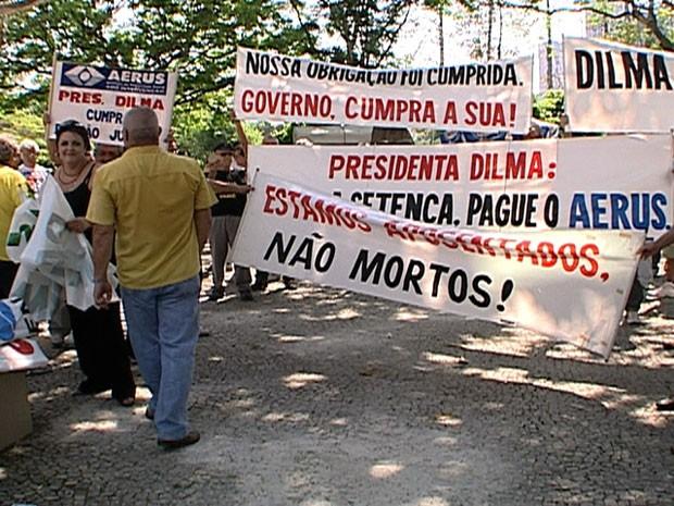 Ex-funcionários da Varig protestam no Santos Dumont (Foto: Reprodução/ TV Globo)