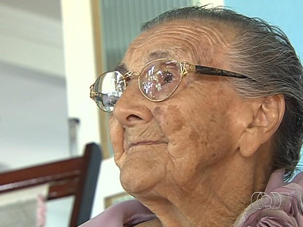 Idosa de 101 anos lança livro de memórias, em Goiânia, Goiás (Foto: Reprodução/TV Anhanguera)