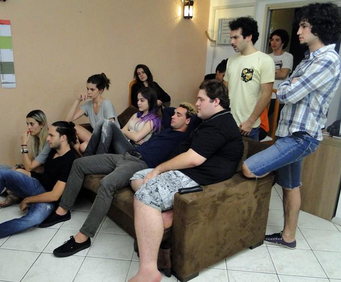 Atores assistem à novela juntos (Foto: Verdades Secretas)