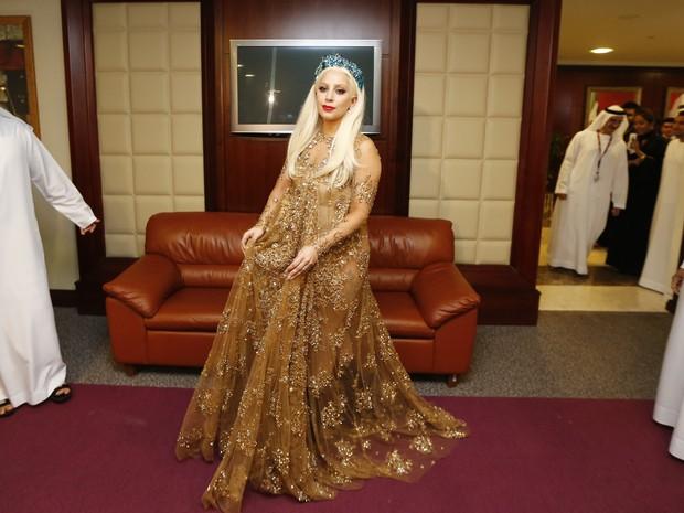 Lady Gaga no aeroporto de Dubai, nos Emirados Árabes (Foto: Karim Sahib/ AFPB)