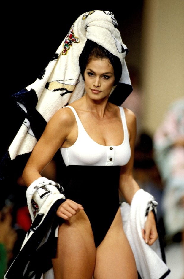 Cindy Crawford em desfile da Chanel em Paris, 1993 (Foto: Getty Images)