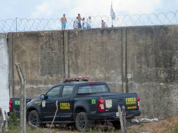 Presos sobem no muro em Alcaçuz, no RN, para evitar confronto com facções (Foto: Fred Carvalho/G1)