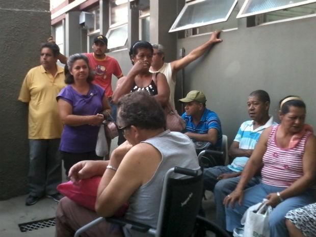 Pacientes de hemodiálise esperam por água em clínica de Itu (Foto: Cláudia Regina Nascimento/Tem Você)
