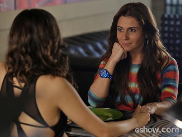 Clara se rende ao carinho de Marina (Foto: Fábio Rocha/ TV Globo)