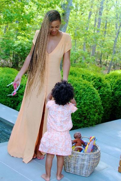 Beyoncé com a filha, Blue Ivy (Foto: Site oficial/ Reprodução)