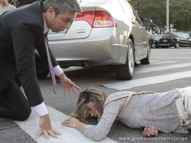 Haroldo se assusta ao ver Érica no chão (Foto: Salve Jorge/TV Globo)
