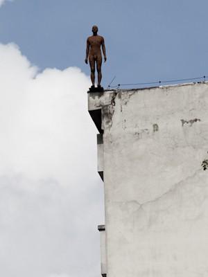 Escultura de fibra de vidro no topo de prédio na região central de São Paulo, parte da mostra 'Corpos presentes', do artista britânico Antony Gormley (Foto: Caio Kenji/G1)