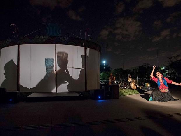 Cena de Kalo – Os filhos do vento, da Cia Os Buriti de teatro; peça é atação na área externa do CCBB de Brasília (Foto: Thiago Sabino/Divulgação)