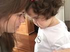 Ana Paula Tabalipa brinca com a filha