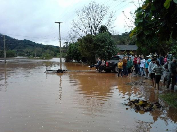 Famílias recebem ajuda em regiões alagadas em Caiçara (Foto: Prefeitura de Caiçara/Divulgação)