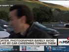 Repórter escapa por um triz de atropelamento nos EUA