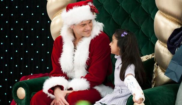 David Morretti (Nick Zano) participa de concurso para ser Papai Noel sexy (Foto: Divulgação/Reprodução)