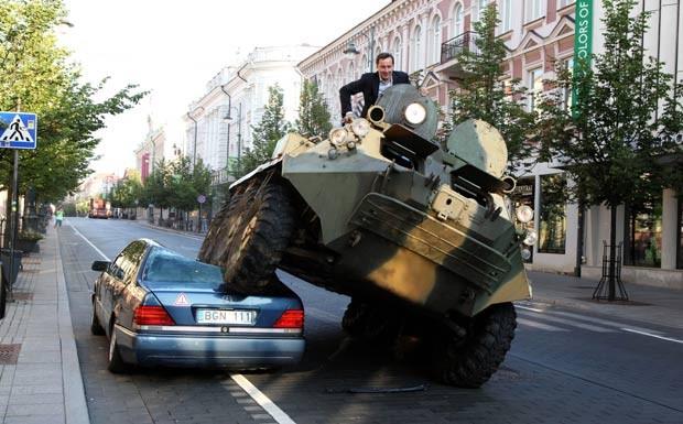 Prefeito de Vilnius passou por cima do veículo com um blindado. (Foto: AP)