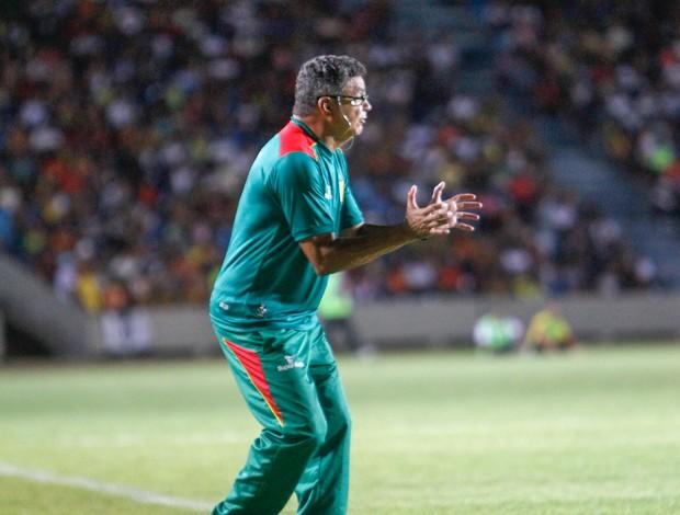 Flávio Araújo, treinador do Sampaio, no Estádio Castelão (Foto: Paulo Soares / O Estado)