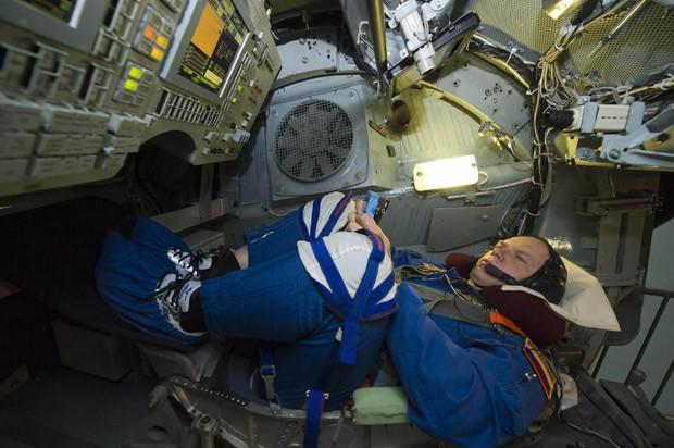 Oleg Kotov realiza treinamento para participar de missão espacial na ISS. (Foto: Reuters/Sergei Remezov)