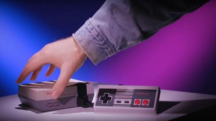 NES Classic é tão pequeno que cabe na palma da mão (Foto: Divulgação/Nintendo)