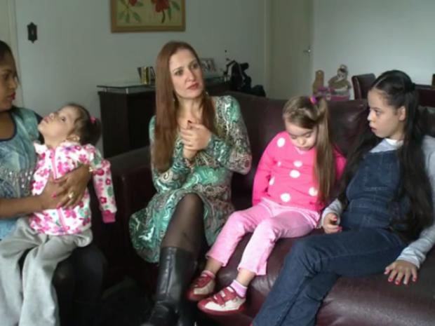 Carla adotou três meninas, com Down, autismo e paralisia cerebral  (Foto: Reprodução/RBSTV)