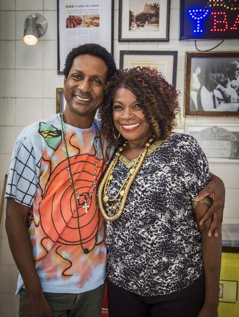 Luis Miranda e Zezé Motta no estúdio de A grande família (Foto: Paulo Belote/TV Globo)