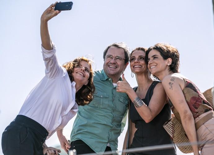 Claro que não podia faltar a famosa selfie! Débora Bloch se junta aos companheiros de elenco Lauro Medeiros, Malu Galli e Mariana Lima, e registra o momento (Foto: Inácio Moraes/Gshow)