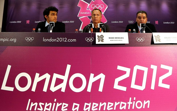 Mano Menezes na coletiva em Londres olimpíadas (Foto: AP)