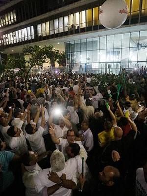 Taxistas comemoram decisão da Câmara de SP que proíbe o Uber (Foto: Nelson Antoine/Frame/Estadão Conteúdo)