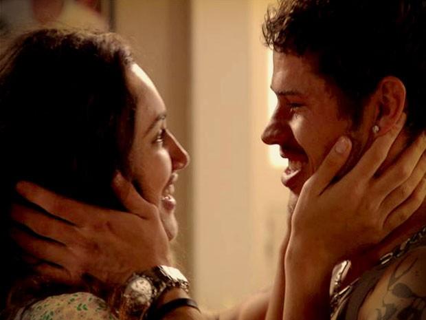 Tesália diz sim e engata namoro com Darkson (Foto: Avenida Brasil/TV Globo)